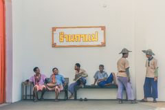 KANCHANABURI, TAILÂNDIA 10 DE DEZEMBRO: Carros de madeira velhos que esperam Imagem de Stock