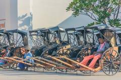 KANCHANABURI, TAILÂNDIA 10 DE DEZEMBRO: Carros de madeira velhos que esperam fotografia de stock royalty free