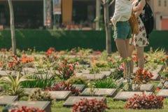 KANCHANABURI, TAIL?NDIA 19 DE DEZEMBRO: Os turistas n?o identificados andam a imagens de stock
