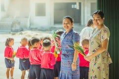 KANCHANABURI TAILÂNDIA - 28 DE FEVEREIRO: Professores e estudantes de W imagens de stock royalty free