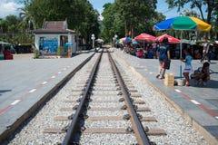 KANCHANABURI, TAILANDIA - 14 agosto 2017: I binari ferroviari al fiume Kwai gettano un ponte su famoso per la storia nella second fotografia stock libera da diritti