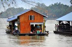 Kanchanaburi, Tailandia: Case galleggianti di Kwai del fiume Immagini Stock Libere da Diritti