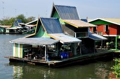 Kanchanaburi, Tailandia: Case galleggianti sul fiume Kwai Fotografie Stock