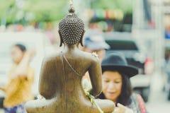 KANCHANABURI TAILANDIA - 17 DE ABRIL: La gente no identificada riega la escultura del monje en el festival en abril 17,2018 de So foto de archivo libre de regalías