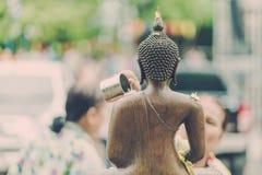 KANCHANABURI TAILANDIA - 17 DE ABRIL: La gente no identificada riega la escultura del monje en el festival en abril 17,2018 de So fotos de archivo