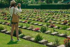 KANCHANABURI, TAILANDIA 19 DE DICIEMBRE: Los turistas no identificados caminan a foto de archivo libre de regalías