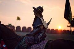 KANCHANABURI, TAILANDIA - 20 DE FEBRERO DE 2017: Equitación del hombre en el th Imagen de archivo libre de regalías