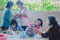 KANCHANABURI TAILANDIA - 21 DE FEBRERO: Instruc local no identificado fotografía de archivo libre de regalías