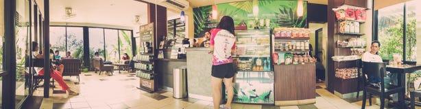 KANCHANABURI, TAILANDIA - 16 DE MARZO DE 2019: Opinión del panorama de la cafetería del Amazonas muy popular en la gasolinera del fotografía de archivo libre de regalías