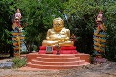 Kanchanaburi- Tailandia - 15 de mayo de 2017: Capilla de Tuek en el hueco foto de archivo