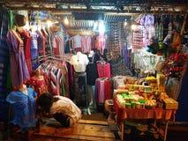 KANCHANABURI, TAILANDIA - 25 DE NOVIEMBRE: mercado de la noche en Sangkhla Buri el 25 de noviembre de 2016 en Kanchanaburi, Taila Foto de archivo