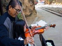 Kanchanaburi, Tailandia - diciembre 25,2516: Violi asiático del músico imagenes de archivo