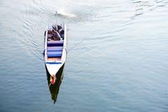 KANCHANABURI, TAILANDIA - el barco de motor tradicional de ABRIL 14,2016 corre en el río Kwai Fotos de archivo