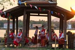 KANCHANABURI, TAILANDIA - 20 FEBBRAIO 2017: Donne che si rilassano prima Fotografia Stock