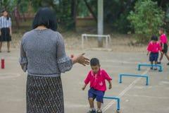 KANCHANABURI TAILANDIA - 23 FEBBRAIO: Esercizio non identificato dei bambini Fotografia Stock