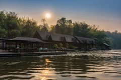 Kanchanaburi, Tailandia - 19 febbraio 2018: Vista del fiume con la zattera Immagini Stock Libere da Diritti