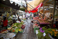 KANCHANABURI, TAILANDIA - FEBRERO DE 2014: Tren que pasa a través de mercado plegable del paraguas Imagen de archivo