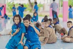KANCHANABURI TAILANDIA - 13 GIUGNO: Insegnante e ragazzo non identificati s Fotografie Stock Libere da Diritti