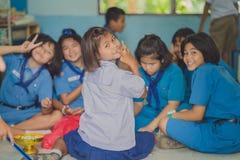 KANCHANABURI TAILANDIA - 13 GIUGNO: Insegnante e ragazzo non identificati s Immagini Stock