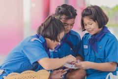 KANCHANABURI TAILANDIA - 13 GIUGNO: Insegnante e ragazzo non identificati s Fotografia Stock Libera da Diritti