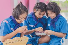 KANCHANABURI TAILANDIA - 13 GIUGNO: Insegnante e ragazzo non identificati s Immagine Stock Libera da Diritti