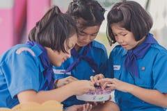 KANCHANABURI TAILANDIA - 13 GIUGNO: Insegnante e ragazzo non identificati s Immagine Stock