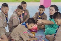 KANCHANABURI TAILANDIA - 13 GIUGNO: Insegnante e ragazzo non identificati s Immagini Stock Libere da Diritti