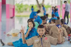 KANCHANABURI TAILANDIA - 13 GIUGNO: Insegnante e ragazzo non identificati s Fotografie Stock