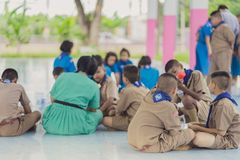 KANCHANABURI TAILANDIA - 13 GIUGNO: Insegnante e ragazzo non identificati s Fotografia Stock