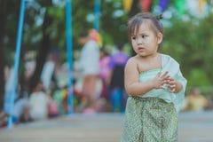 KANCHANABURI TAJLANDIA, KWIECIE? - 17: Niezidentyfikowana Tajlandzka m?oda dziewczyna cieszy si? tana na scenie w rocznym Songkra obrazy royalty free
