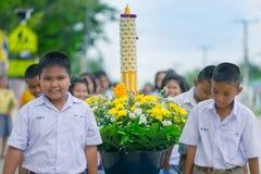 KANCHANABURI TAJLANDIA, LIPIEC - 26: Tajlandzcy ucznie w świeczki paradzie obrazy royalty free