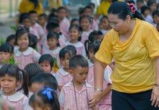 KANCHANABURI TAJLANDIA, LIPIEC - 26: Tajlandzcy ucznie w świeczki paradzie zdjęcie royalty free