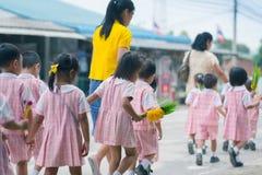 KANCHANABURI TAJLANDIA, LIPIEC - 26: Tajlandzcy ucznie w świeczki paradzie obraz stock