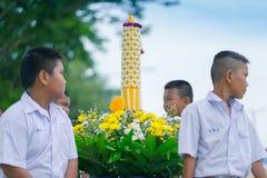 KANCHANABURI TAJLANDIA, LIPIEC - 26: Tajlandzcy ucznie w świeczki paradzie zdjęcia stock