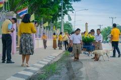KANCHANABURI TAJLANDIA, LIPIEC - 26: Tajlandzcy ucznie w świeczki paradzie fotografia royalty free