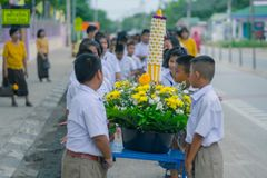 KANCHANABURI TAJLANDIA, LIPIEC - 26: Tajlandzcy ucznie w ?wieczki paradzie zdjęcia royalty free