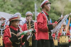 KANCHANABURI TAJLANDIA, LIPIEC - 18: Tajlandzka szkolna orkiestra marsszowa dalej zdjęcie royalty free