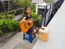 KANCHANABURI TAJLANDIA, LISTOPAD, - 26: niezidentyfikowana azjatykcia dziewczyna pl Zdjęcia Royalty Free