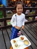 KANCHANABURI TAJLANDIA, LISTOPAD, - 25: niezidentyfikowana Birmańska dziewczyna Obrazy Stock