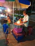 KANCHANABURI TAJLANDIA, LISTOPAD, - 25: niezidentyfikowana dziewczyna kupuje c Zdjęcia Stock