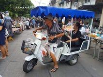 KANCHANABURI TAJLANDIA, LISTOPAD, - 26: niezidentyfikowana starsza para Zdjęcia Royalty Free