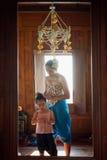 KANCHANABURI TAJLANDIA, LUTY, - 21 2017: Młoda kobieta robi ona Obraz Royalty Free