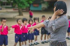 KANCHANABURI TAJLANDIA, LUTY - 23: Niezidentyfikowany dzieciaka ćwiczenie Obraz Stock