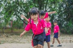 KANCHANABURI TAJLANDIA, LUTY - 23: Niezidentyfikowany dzieciaka ćwiczenie Obrazy Royalty Free