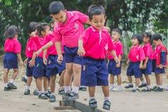 KANCHANABURI TAJLANDIA, LUTY - 23: Niezidentyfikowany dzieciaka ćwiczenie Zdjęcia Royalty Free