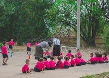 KANCHANABURI TAJLANDIA, LUTY - 23: Niezidentyfikowany dzieciaka ćwiczenie Zdjęcie Royalty Free