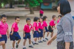 KANCHANABURI TAJLANDIA, LUTY - 23: Niezidentyfikowany dzieciaka ćwiczenie Fotografia Stock