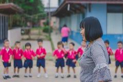 KANCHANABURI TAJLANDIA, LUTY - 23: Niezidentyfikowany dzieciaka ćwiczenie Zdjęcie Stock