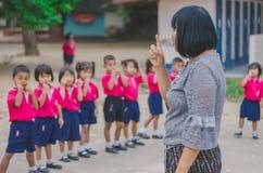 KANCHANABURI TAJLANDIA, LUTY - 23: Niezidentyfikowany dzieciaka ćwiczenie Fotografia Royalty Free