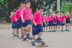 KANCHANABURI TAJLANDIA, LUTY - 23: Niezidentyfikowany dzieciaka ćwiczenie Zdjęcia Stock